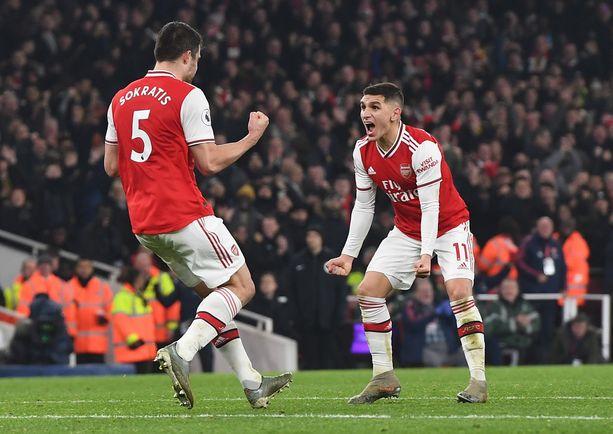 Sokratis (vas.) tuuletti Arsenalin 2-0-maalia.