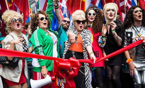 Jennifer Saundersin ja Joanna Lumleyn esittämät Patsy ja Edina avasivat Pride-kulkueen Lontoossa.