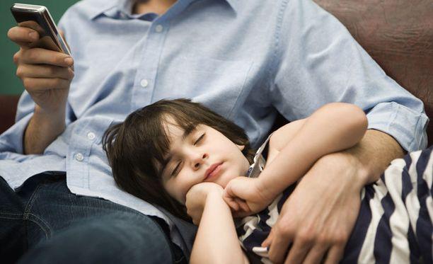 Suhtautuminen lapsen kanssa kotiin jääviin isiin vaihtelee.
