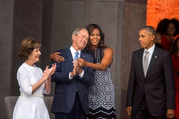 Michelle Obama kaappasi ex-presidentti Bushin syleilyynsä.
