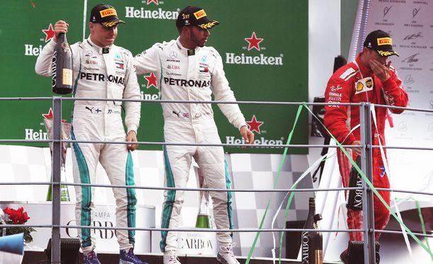 Mercedeksen Valtteri Bottas ja Lewis Hamilton saivat yleisöltä buuauksia, Kimi Räikkönen puolestaan raikuvia suosionosoituksia.