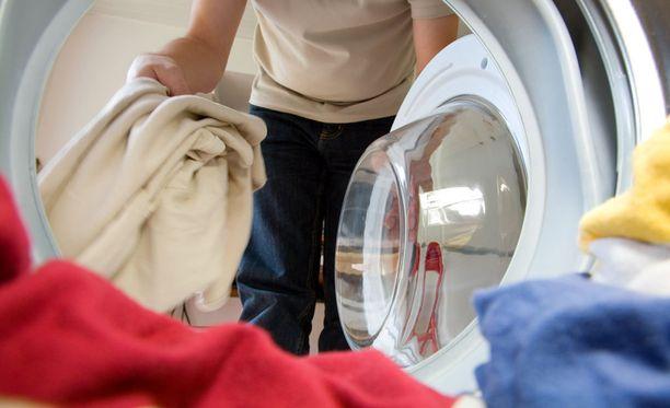 Paras tapa välttää uusien vaatteiden aiheuttamat terveysongelmat on pestä ne, ohjeistaa professori.