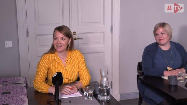 Katri Kulmuni ja Annika Saarikko osallistuivat Politiikan toimittajat ry:n tenttiin maanantaina.