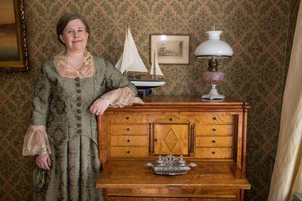 Langin Kauppahuoneen rouva Piia Vähäsalo on herättänyt henkiin aitoja tarinoita Raahen historiasta.