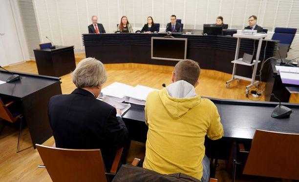 Syytetty 50-vuotias mies kiistää syyllistyneensä surmaan.