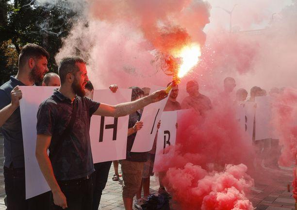 """Mielenosoittajat vastustivat syyskuun 4. päivänä Kiovassa näkyviin aktivisteihin a toimittajiin kohdistuvia väkivallantekoja. Kylteissä luki """"Kuka määräsi Gandzjukin"""" ja """"36 päivää ilman tulosta""""."""