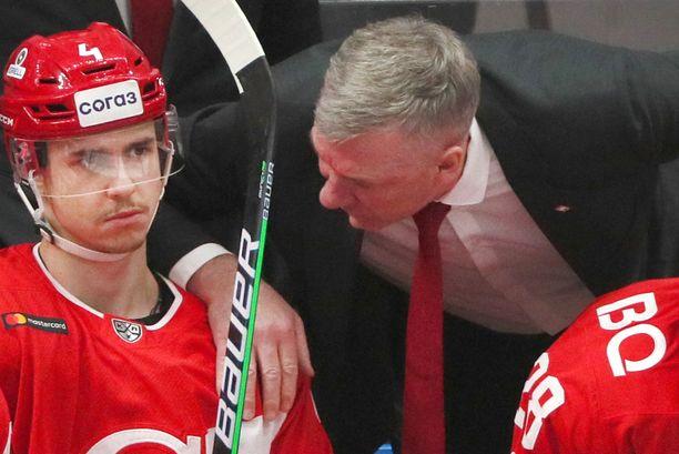 Spartakin apuvalmentaja Vladimir Fedosov jakaa jatkossa ohjeita ilman arvokelloaan.