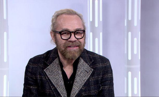 Ohjaaja Jussi Parviainen on tunnettu paitsi Jumalan teatterista, niin myös lukuisista naissuhteistaan.