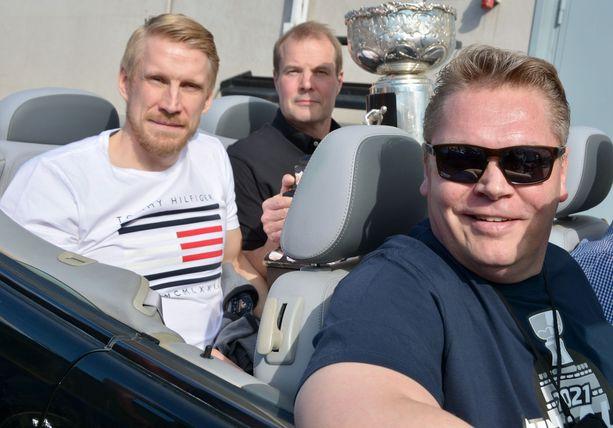 Pekka Virta (oik.) ajeli keskiviikkona Lukon mestaruusparaatissa apuvalmentajiensa Jarkko Kauvosaaren ja Erik Hämäläisen kanssa.