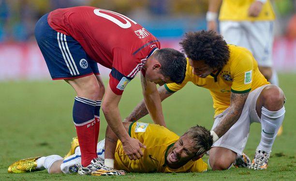 Muut pelaajat yrittivät auttaa kentän pinnassa tuskissaan maannutta Neymaria.