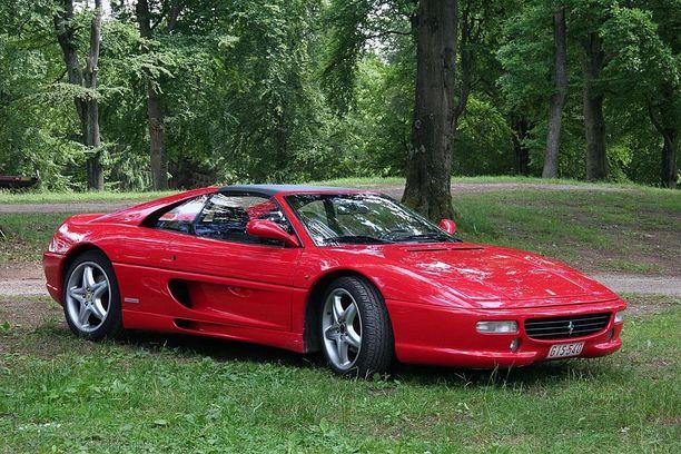 Ihka aito Ferrari maksaa uutena satoja tuhanisa euroja, eikä se käytettynäkään lähde halvalla.