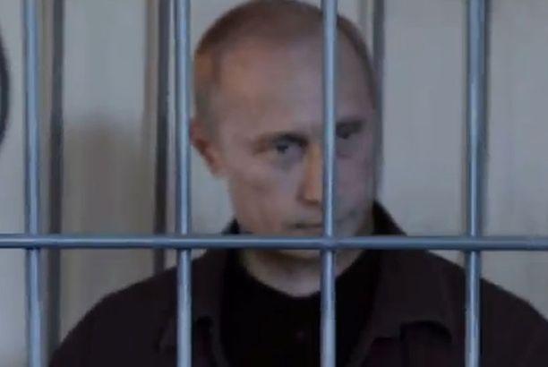Putin nähdään häkissä väärennetyssä pidätysvideossa.