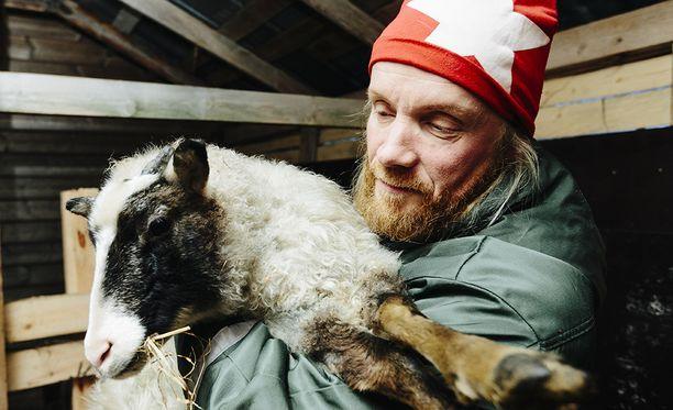 Käsin lypsäminen ei ole ainoa vanhan ajan maataloustaito, jonka Hiltunen hallitsee. Hänellä on kotinsa porstuassa myös pieni kirnu ja separaattori. Niillä hän tekee maidosta voita, viiliä, piimää ja juustoja.