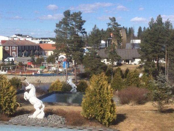 Vesa Keskisen perheen uusi koti on kartanon lähietäisyydellä. Kartanon pihasta katsottuna oikealla näkyvä OnnenKenkä-monumentti on heti remontissa olevan omakotitalon takana.