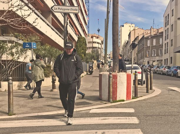"""Janne """"Nacci"""" Tranberg kuljeskeli kaikessa rauhassa keskellä päivää Marseillen sataman lähellä."""