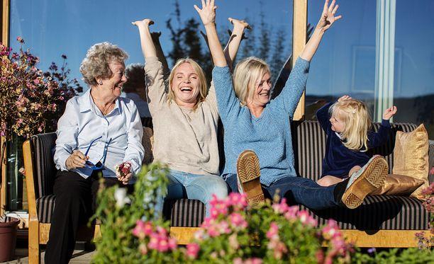 Ohjelmassaan Solveig Hareide (toinen vasemmalta) etsii pitkän iän keinoja, jotta voisi viettää mahdollisimman kauan aikaa tyttärensä, äitinsä ja mummonsa kanssa.