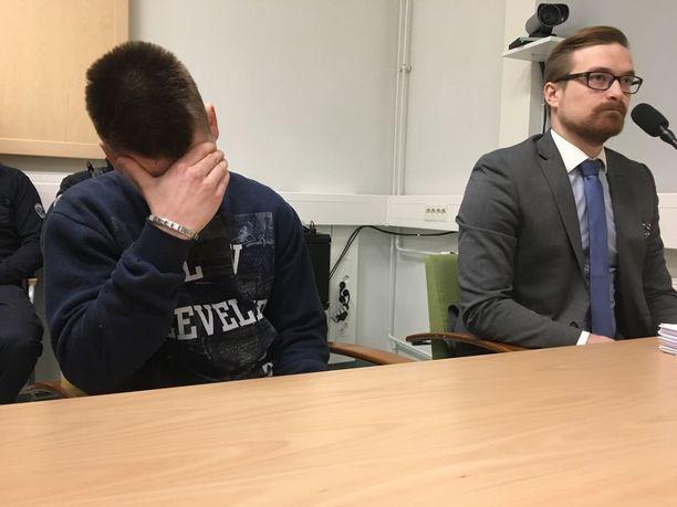 Poliisimurhan yrityksestä syytetty nuorimies peitti kasvonsa Oulun käräjäoikeudessa