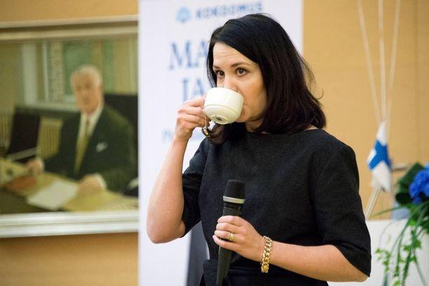 Suomenmaan mukaan opetus- ja kulttuuriministeri Sanni Grahn-Laasosen kasvatusopit ovat kuin suoraan DDR:stä.