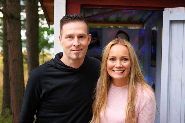 Ville Virtanen ja Marja Hintikka käyvät läpi vaikeitakin teemoja Villa Hintikka-ohjelmassa.