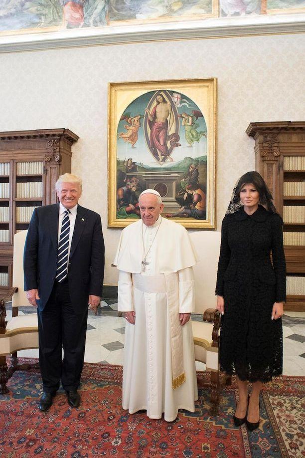 Trumpit valokuvattiin Vatikaanissa Paavi Franciscuksen rinnalla.
