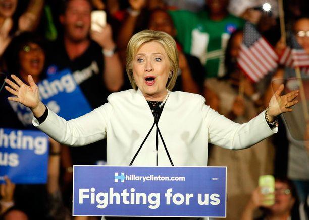 Voittajan on helppo hymyillä. Hillary Clinton on jo kääntämässä katsettaan kohti Trumpia, sillä demokraattien ehdokkuus näyttää varmemmalta päivä päivältä.