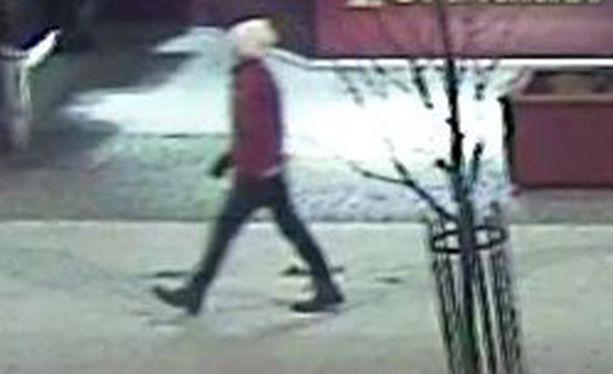 Tästä henkilöstä poliisi kaipaa vihjeitä. Asianomistajien kertoman ja valvontakameramateriaalin perusteella henkilö oli pukeutunut punaiseen takkiin ja valkoiseen pipoon.