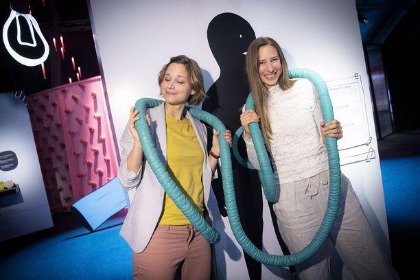 Sisarukset Giulia ja Jill Enders esittelevät ohutsuolen mallia Tiedekeskus Heurekassa. Jill Enders on kuvittanut Giulia Endersin suolistokirja.