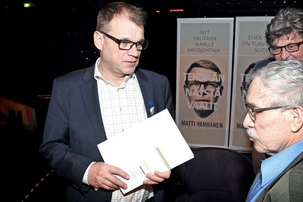 Juha Sipilällä riitti keskusteluseuraa keskustan presidentti- ja maakuntaristeilyllä Silja Europalla.
