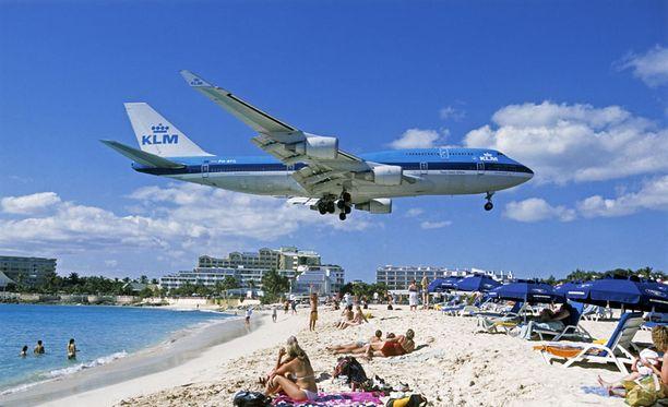 Lentokoneet laskeutuvat Princess Julianan lentokentälle näin läheltä hiekkarantaa.