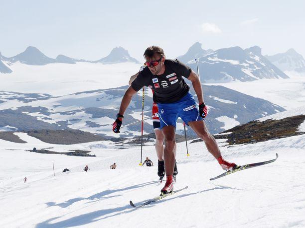 Petter Northug  harjoitteli toukokuussa Sognefjelletin jäätiköllä Norjassa.