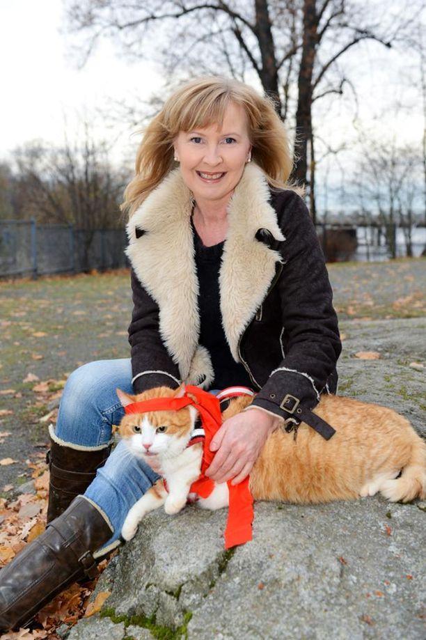 Pariskunnan kissat olivat Juicelle tärkeitä. Kuvassa Sari ja Viljo-kissa vuonna 2011.