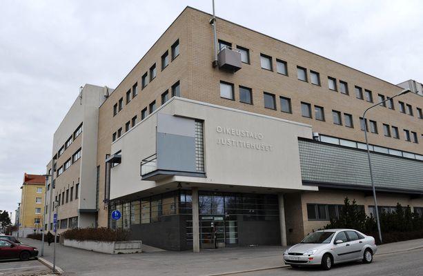 Kaksi epäiltyä vangittiin keskiviikkona Pohjanmaan käräjäoikeudessa Vaasassa.
