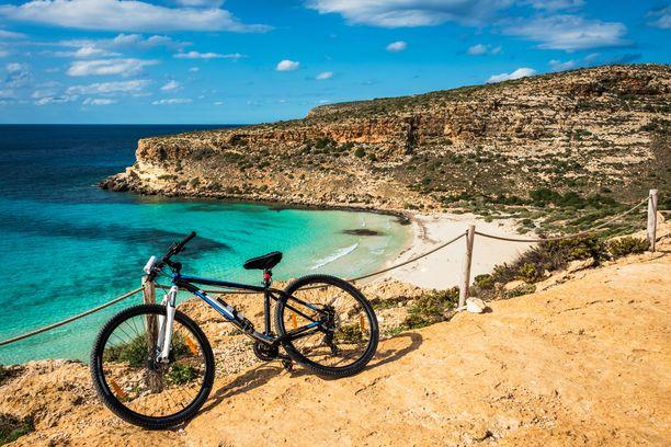 Lampedusan saaren voi tutustua vaikkapa pyöräilleen, Spiaggia dei Coniglin ranta on hyvä pysähdyspaikka.