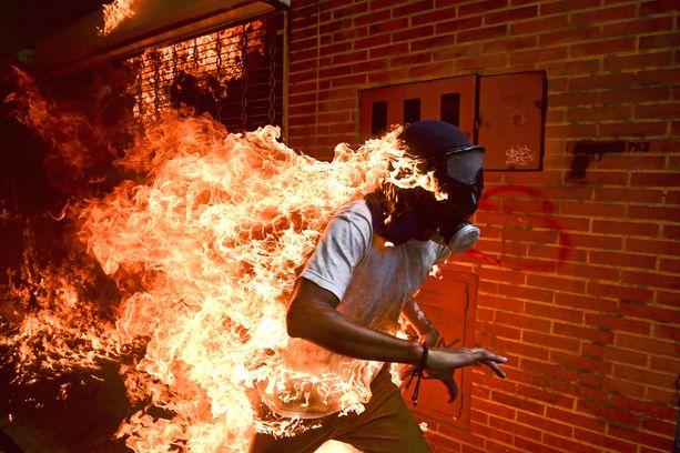 Ronaldo Schemidtin kuva juoksevasta José Víctor Salazar Balzasta voitti World Press Photo -kilpailun parhaan kuvan tittelin.