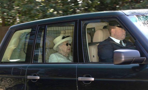 Kuningatar Elisabetin matkajärjestelyt noudattavat tiettyä kaavaa.