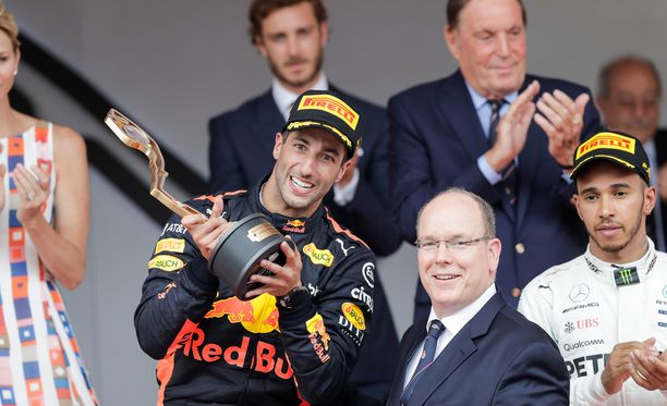 Daniel Ricciardo poseerasi ruhtinas Albertin rinnalla.