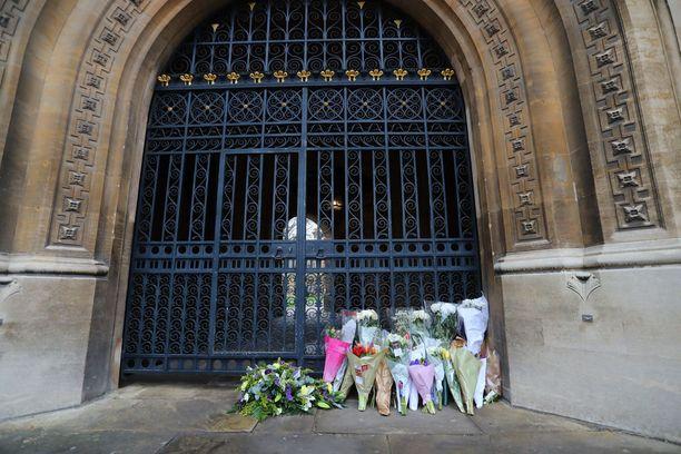 Ihmiset jättivät kukkia kirkolle.