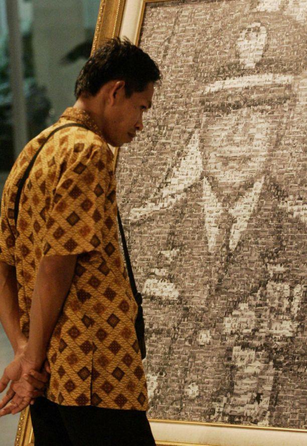 Vierailija tutki Suhartosta tehtyä maalausta Purna Bhakti Pertiwin museossa Jakartassa.