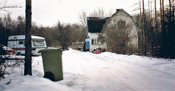 Kaveriporukka hautasi elävältä pedofiiliksi uskomansa miehen. Kuvassa talo jossa he olivat viettäneet juhannusta.