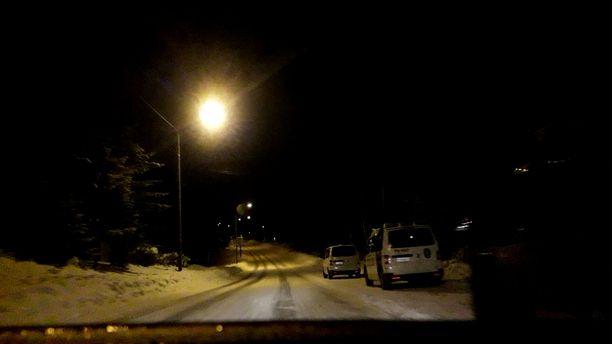 Varpaisjärvellä Lapinlahdella oli torstai-iltana poliisioperaatio. Iltalehden lukijan kuvaamalla videolla näkyy useita poliisiautoja.
