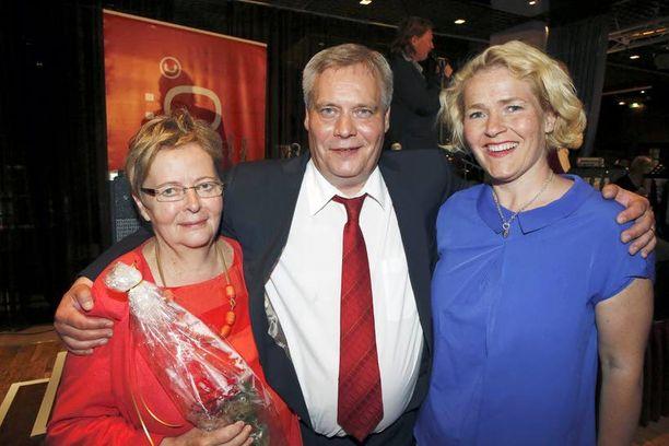 Rinne otti tuoreet euroedustajat Liisa Jaakonsaaren ja Miapetra Kumpula-Natrin kainaloonsa.