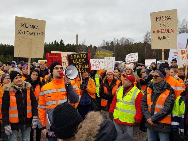 Ruotsissa on vähemmän työtaisteluja kuin Suomessa. Kuva Posti- ja logistiikka-alan unionin PAU ry:n mielenosoituksesta postilakon yhteydessä marraskuussa 2019.