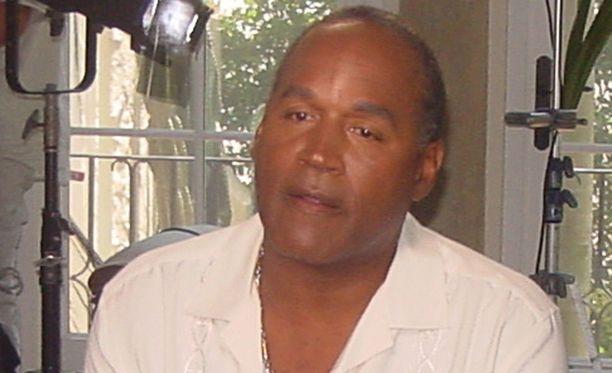 Simpsonia syytettiin murhista, mutta vuonna 1995 hänet vapautettiin syytteistä. Kuvassa Simpson vuonna 2004