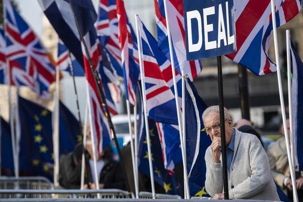 EU-eroa vaativat osoittivat mieltä Lontoossa torstaina. Parlementti hylkäsi jälleen pääministeri Theresa Mayn erosopimuksen.