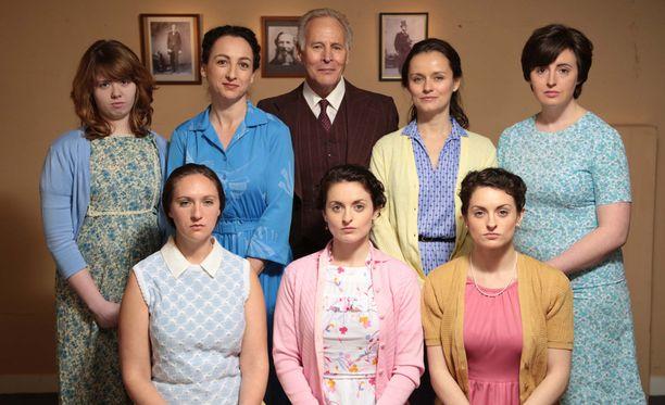 Sarjassa tapahtumia rekonstruoidaan näyttelijöiden avulla. Nämä kahdeksan esittävät Allredin perheen vanhempia.