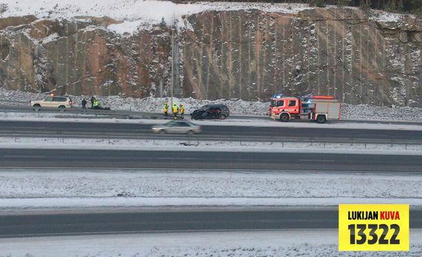 Vakavasti loukkaantunut kuljettaja jouduttiin irroittamaan autosta.