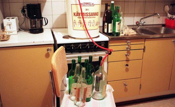 Alkoholilaki astuu kokonaisuudessaan voimaan torstaina. Osana uutta lakia omaan käyttöön valmistettujen alkoholijuomien rajoituksia kevennettiin. Kuvassa kotiviinin valmistusta 1990-luvulla.