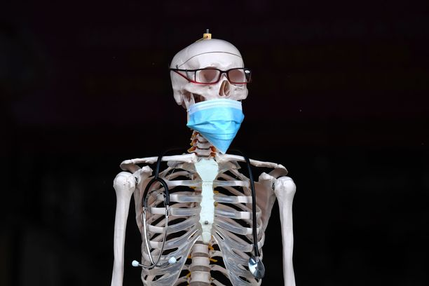 Lontoolaisen apteekin koristeluurangolle oli puettu hengityssuoja maanantaina, kun pääministeri Boris Johnson keräsi hätäkokouksen koolle koskien hallituksen varautumista koronaviruksen leviämiseen.