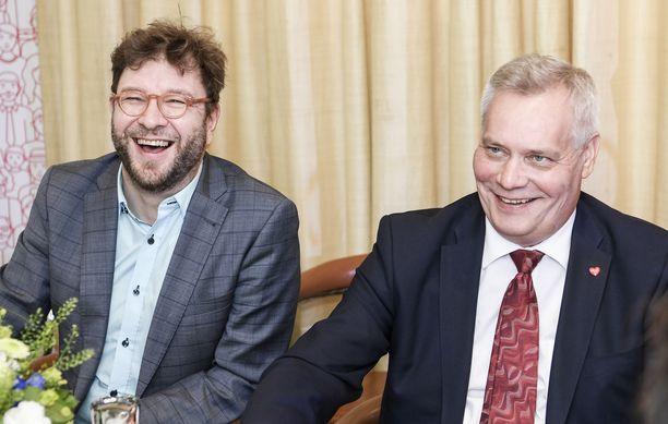 Timo Harakkaa ja Antti Rinnettä nauratti SDP:n vero-ohjelman julkistamistilaisuudessa vuonna 2018.