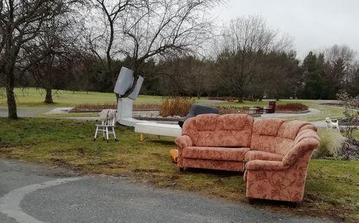 Kuka hylkäsi nämä huonekalunsa Porin Kirjurinluodolle? Kaupunki aikoo tarkistaa valvontakamerakuvat